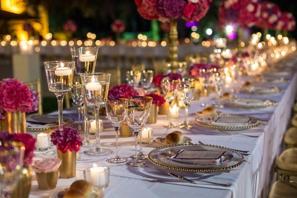 طاولة استقبال مزينة بالورود والشموع