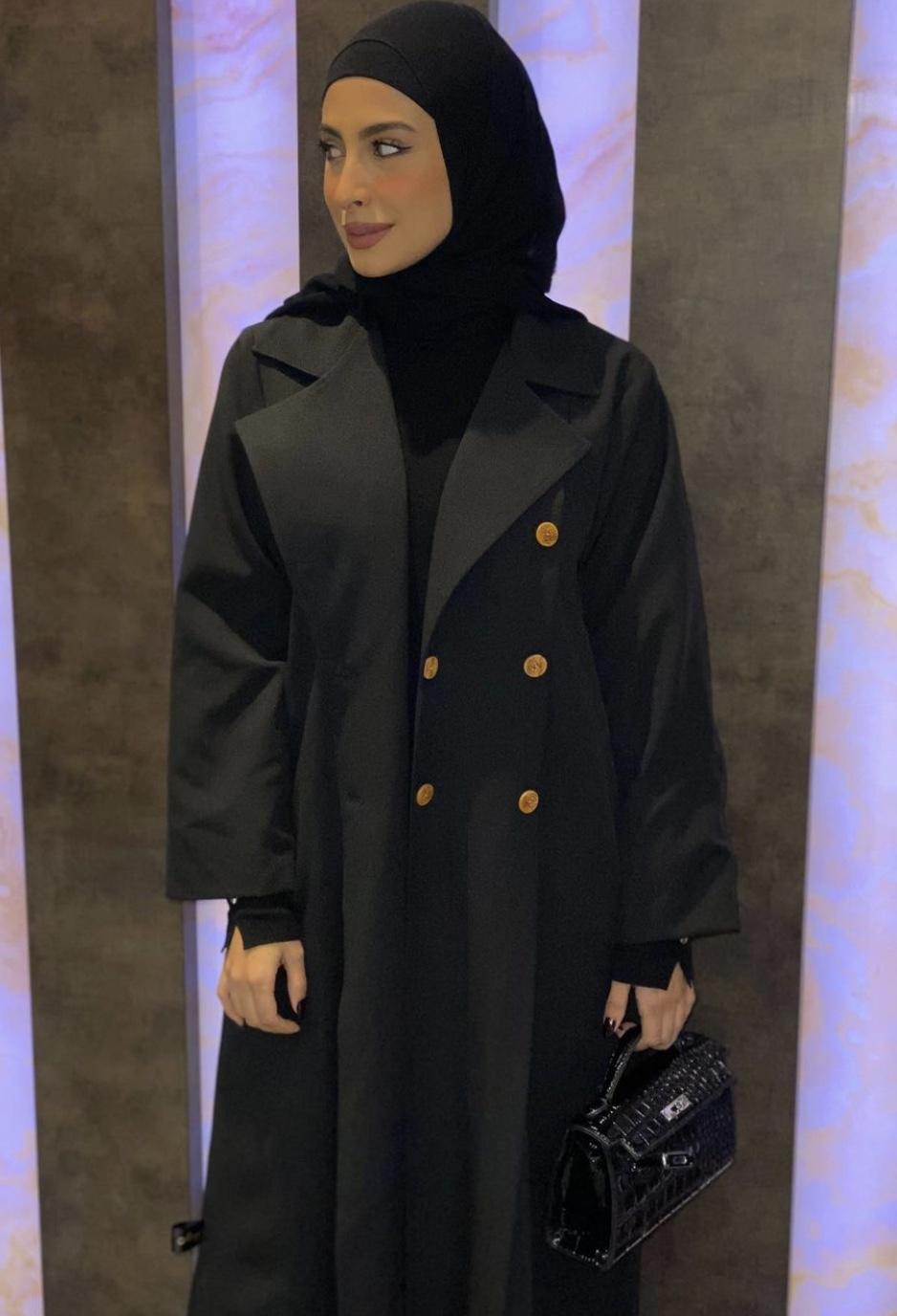 تنسيق عباية المعطف على طريقة زهراء القلاف