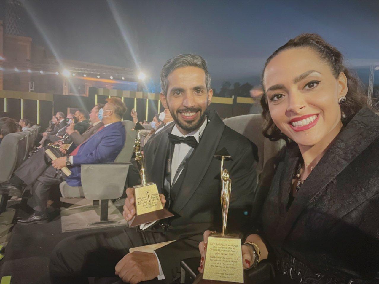 أضوى فهد والمخرج عبد العزيز الشلاحي مع جائزتي مهرجان القاهرة السينمائي الدولي