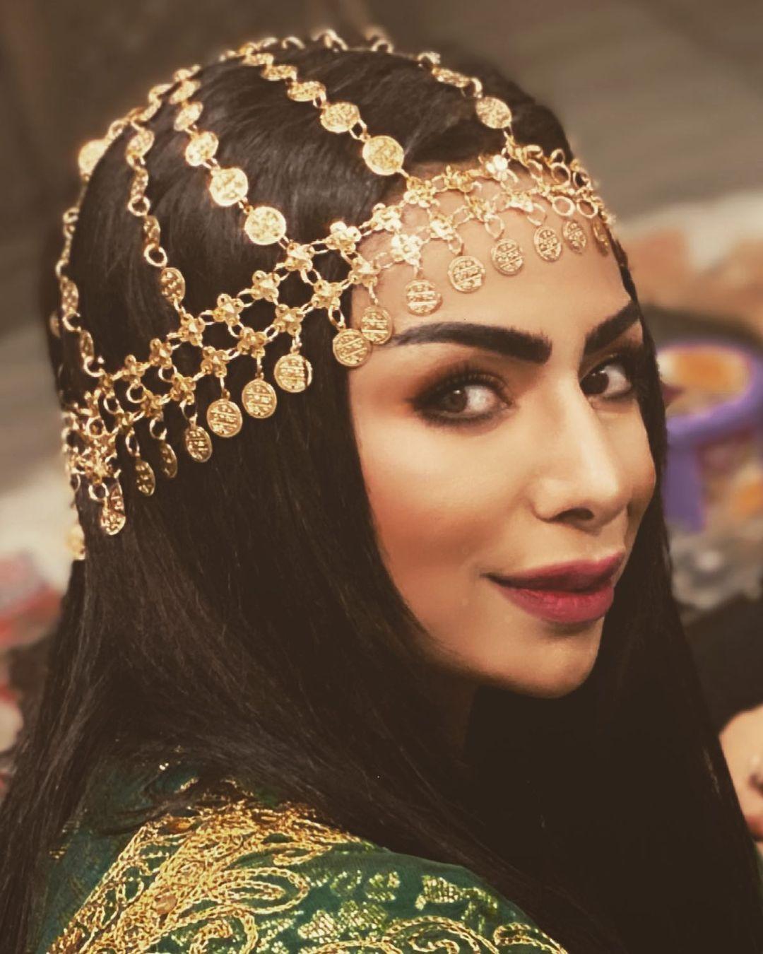 هند البلوشي في إطلالتها الخليجية المميزة باكسسوار رأس ذهبي فخم