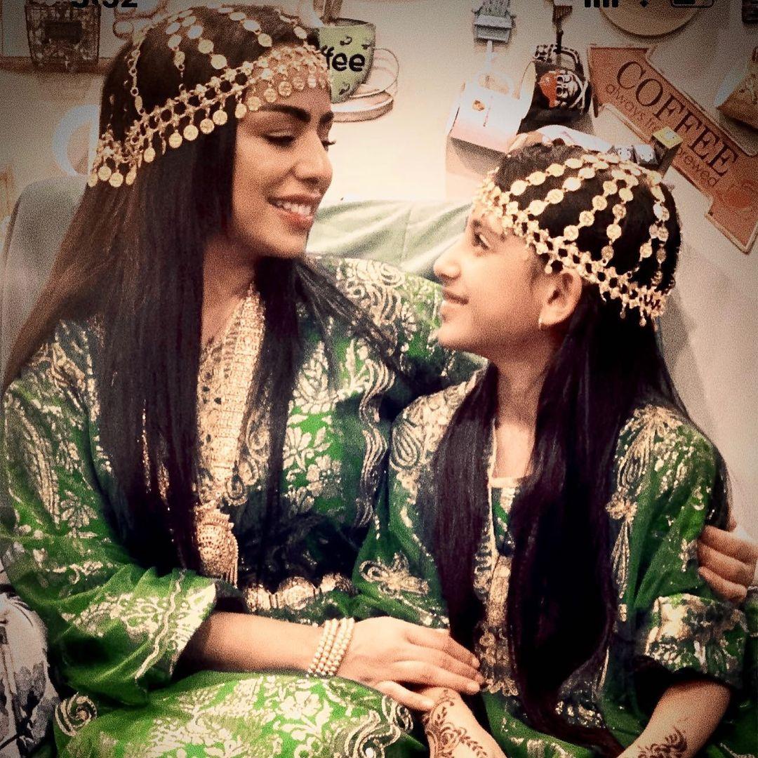 هند البلوشي مع ابنتها باكسسوارات رأس ذهبية جذابة