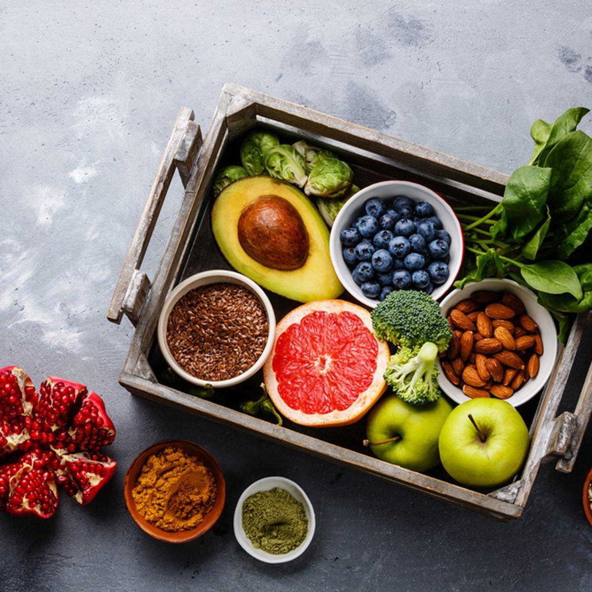 طعام صحي والكثير من الماء