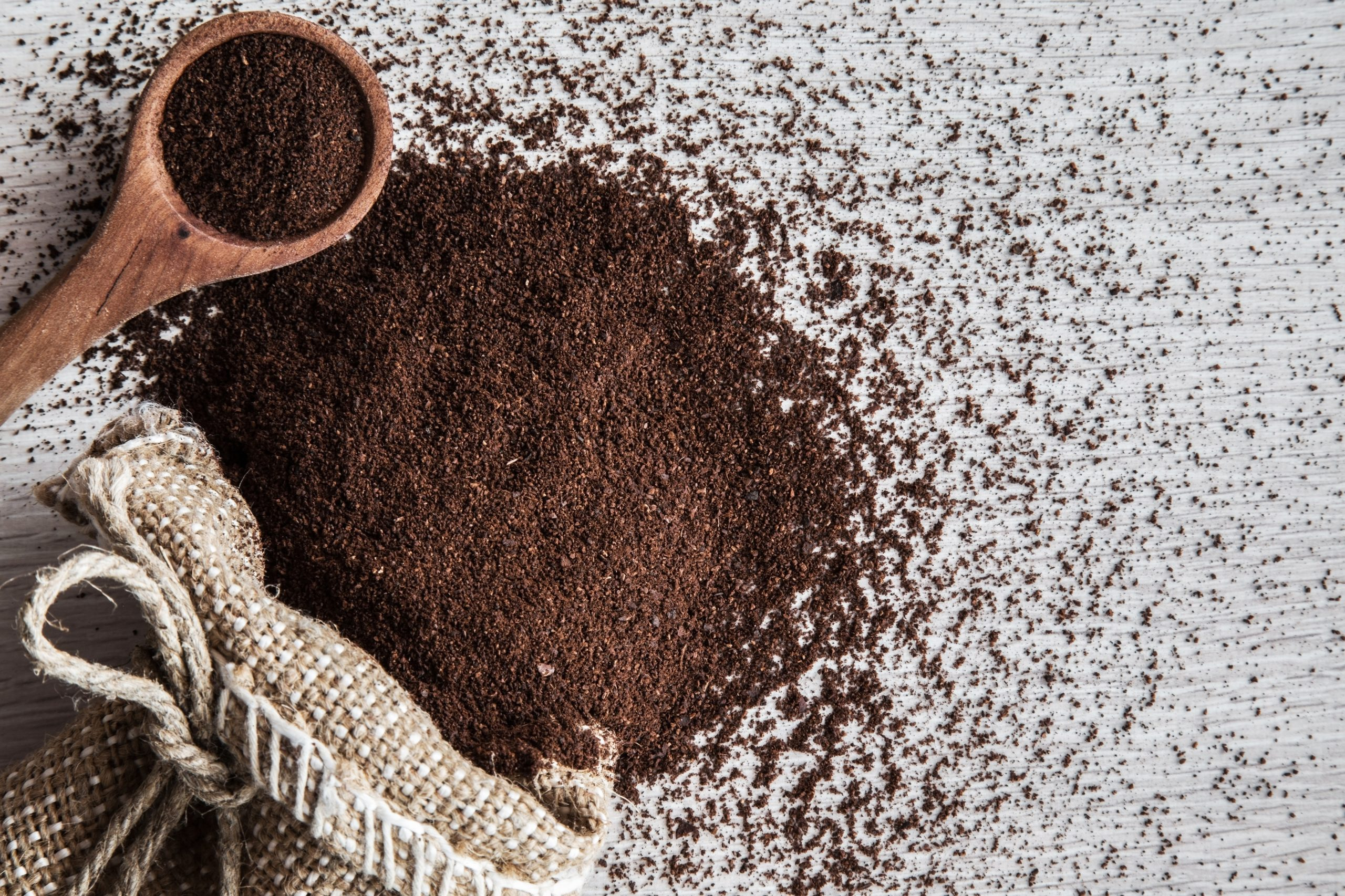 تقشير البشرة بالقهوة وزيت الزيتون