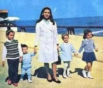 زبيدة ثروت مع أطفالها في المصيف
