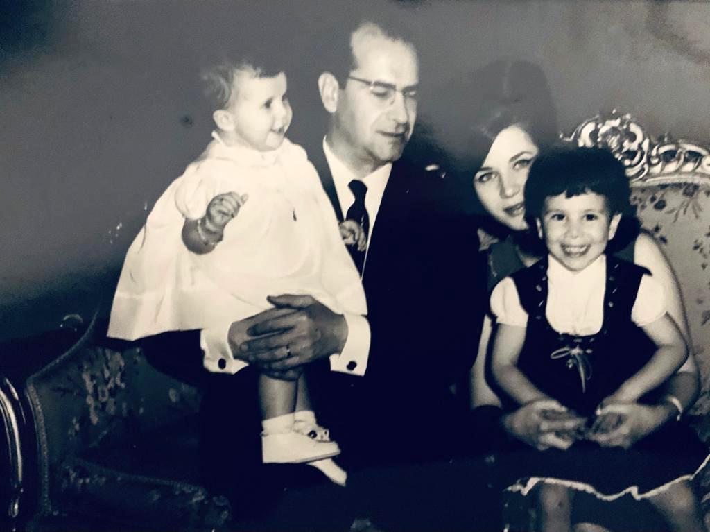 زبيدة ثروت تحمل ابنتها ريم وزوجها يحمل ابنتهما رشا