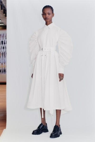 فستان باكمام منفوخة وتصميم الفراشة باللون الأبيض من أليكساندر ماكوين Alexander McQueen