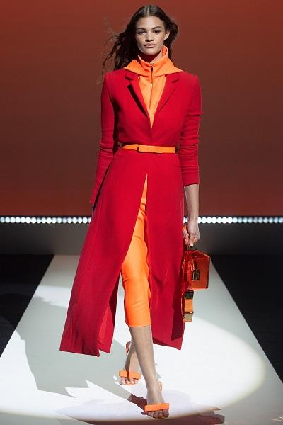فستان برتقالي فاقع مع معطف أحمر من براندن ماكسويل Brandon Maxwell
