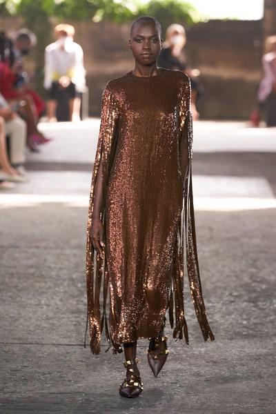 فستان سهرة من الترتر البني والشراريب من فالنتينو Valentino
