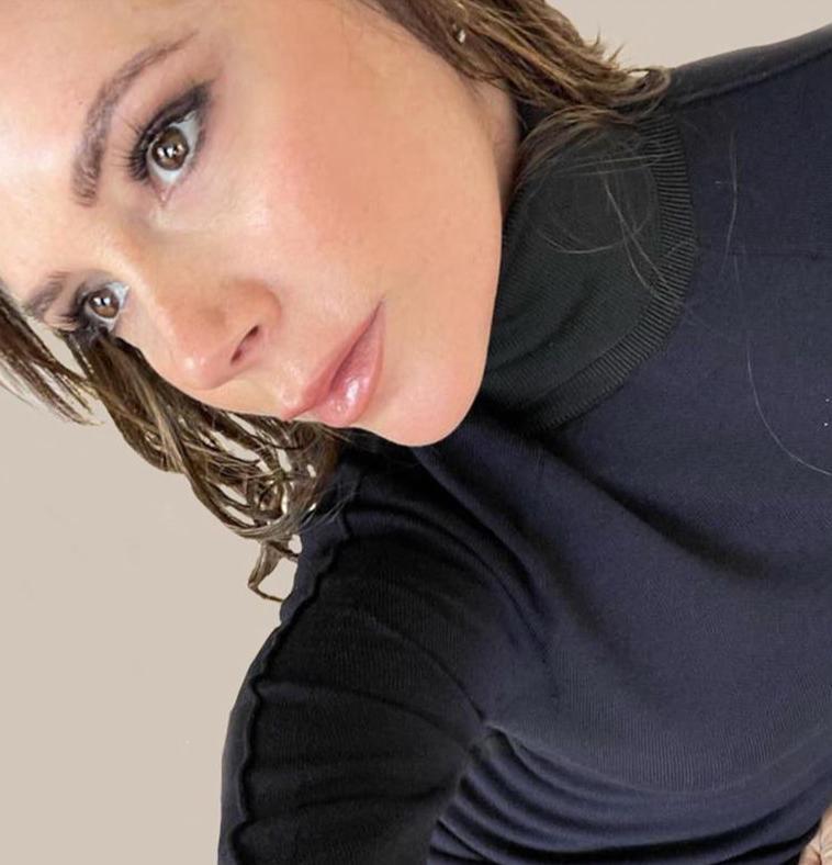 3 فيكتوريا بيكهام بالمكياج الزهري -الصورة من حسابها على الانستغرام