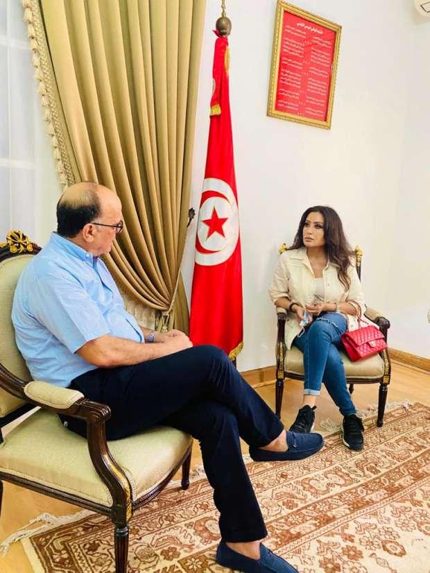 لطيفة العرفاوي في لقاء لها مع سفير تونس لدى مصر الصورة من الموقع الرسمي للطيفة على الفايس بوك.jpg