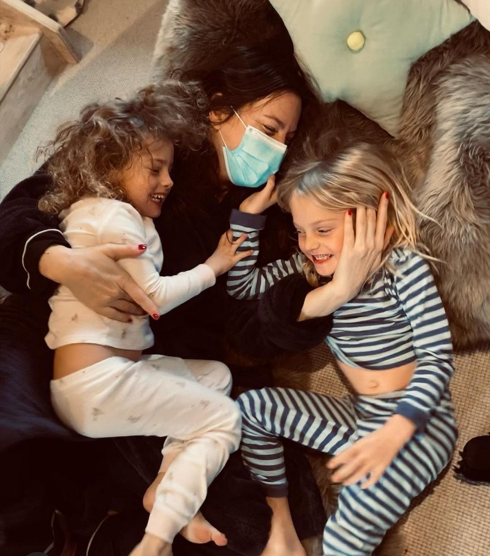 ليف تايلر مع طفلتيها بعد شفائها من كورونا- الصورة من حسابها على إنستغرام.jpg