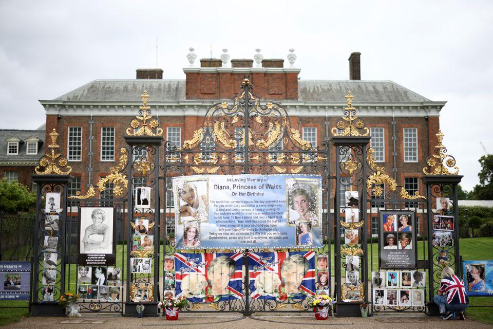صور الأميرة ديانا على بوابة قصر كينسينغتون- الصورة من موقع رويترز