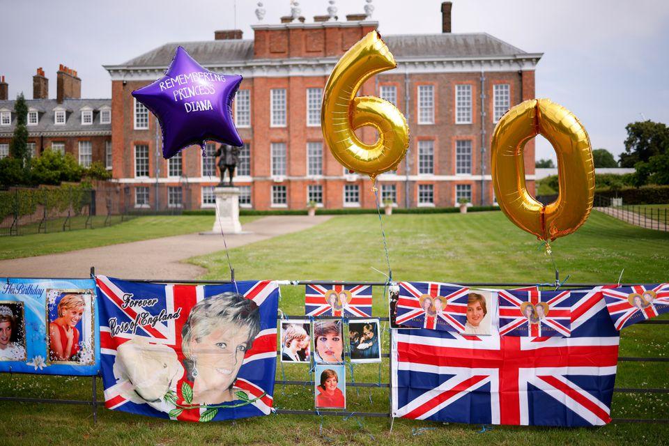 صور وبالونات حول القصر- الصورة من موقع رويترز