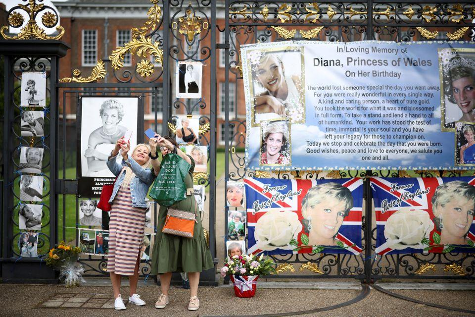 محبو الأميرة ديانا- الصورة من موقع رويترز