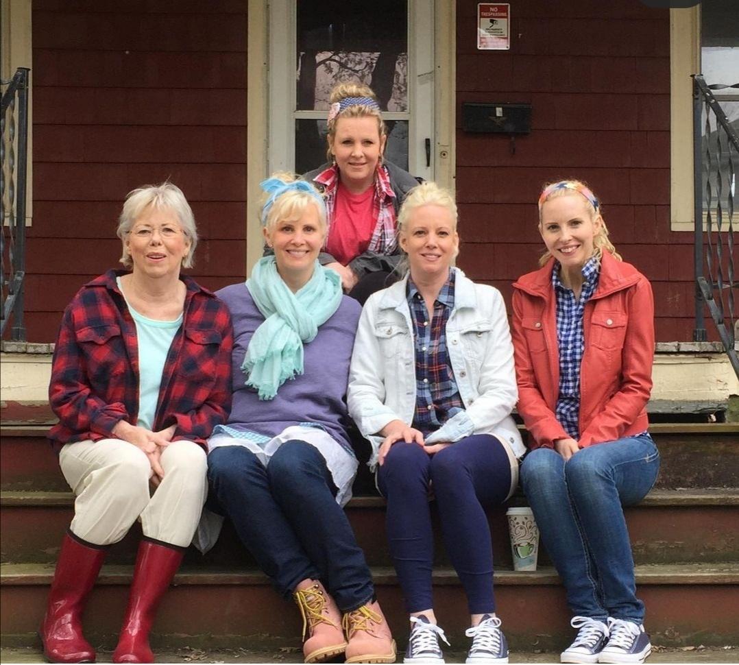 مونيكا بوتر في صورة عائلية مع والدتها وأخواتها- الصورة من حسابها على إنستغرام