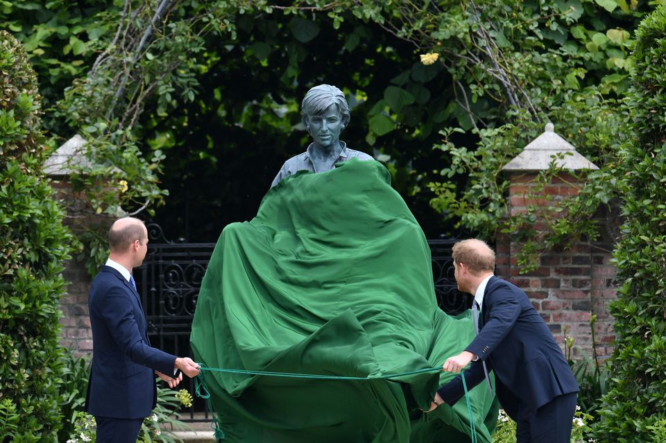 الأميران ويليام وهاري يكشفان عن التمثال- الصورة من موقع --رويترز