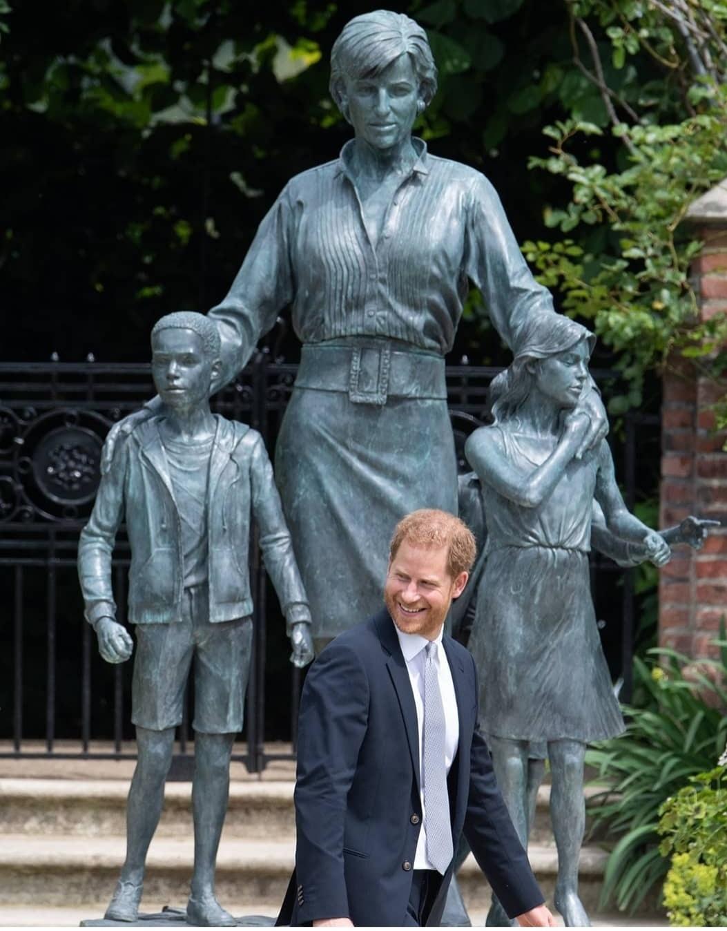 تمثال الراحلة ديانا تحتضن ثلاثة أطفال- الصورة من حسابها على إنستغرام-.jpg