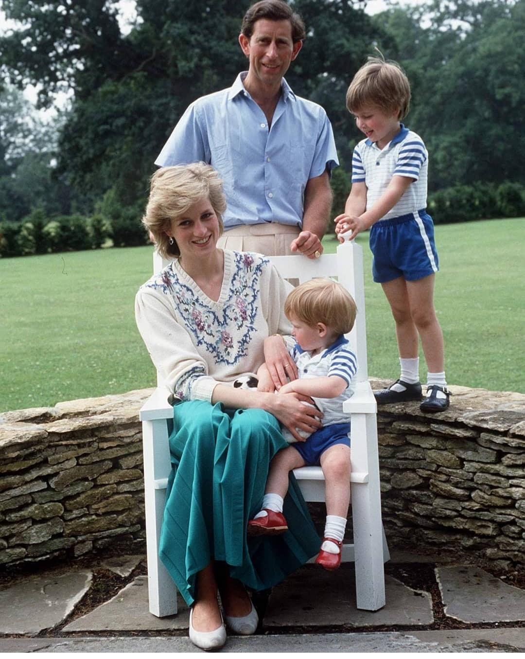 ديانا مع زوجها تشارلز وولداهما ويليام وهاري- الصورة من حسابها على إنستغرام.jpg