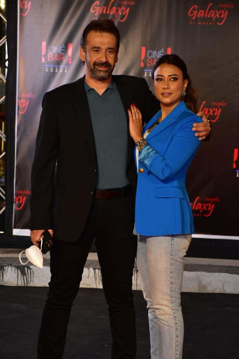 كريم عبد العزيز وزوجته (الصورة من صفحة إعلام دوم كوم على الفيس بوك)