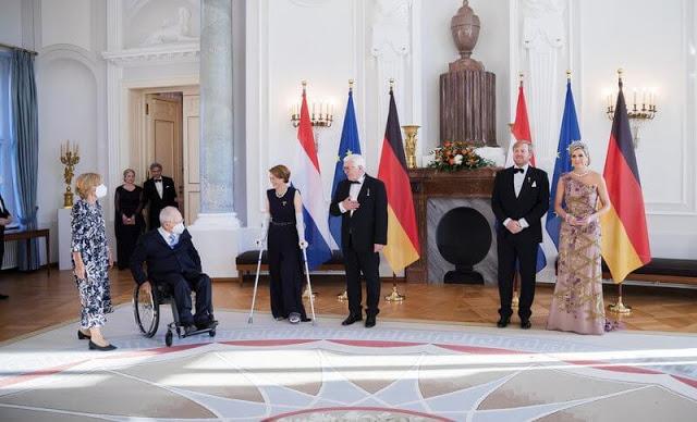 الملك ويليم والملكة ماكسيما يحضران عشاءً رسمياً أقامه رئيس الاتحاد الألماني وزوجته في قصر بلفيو في برلين- الصورة من موقع New my royals.jpg