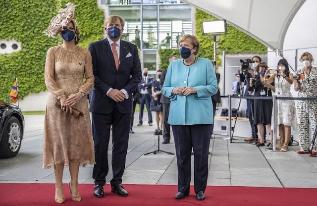 الملك ويليم والملكة ماكسيما يزوران المستشارة الألمانية أنجيلا ميركل في مقرها الحكومي- الصورة من موقع New my royals.jpg
