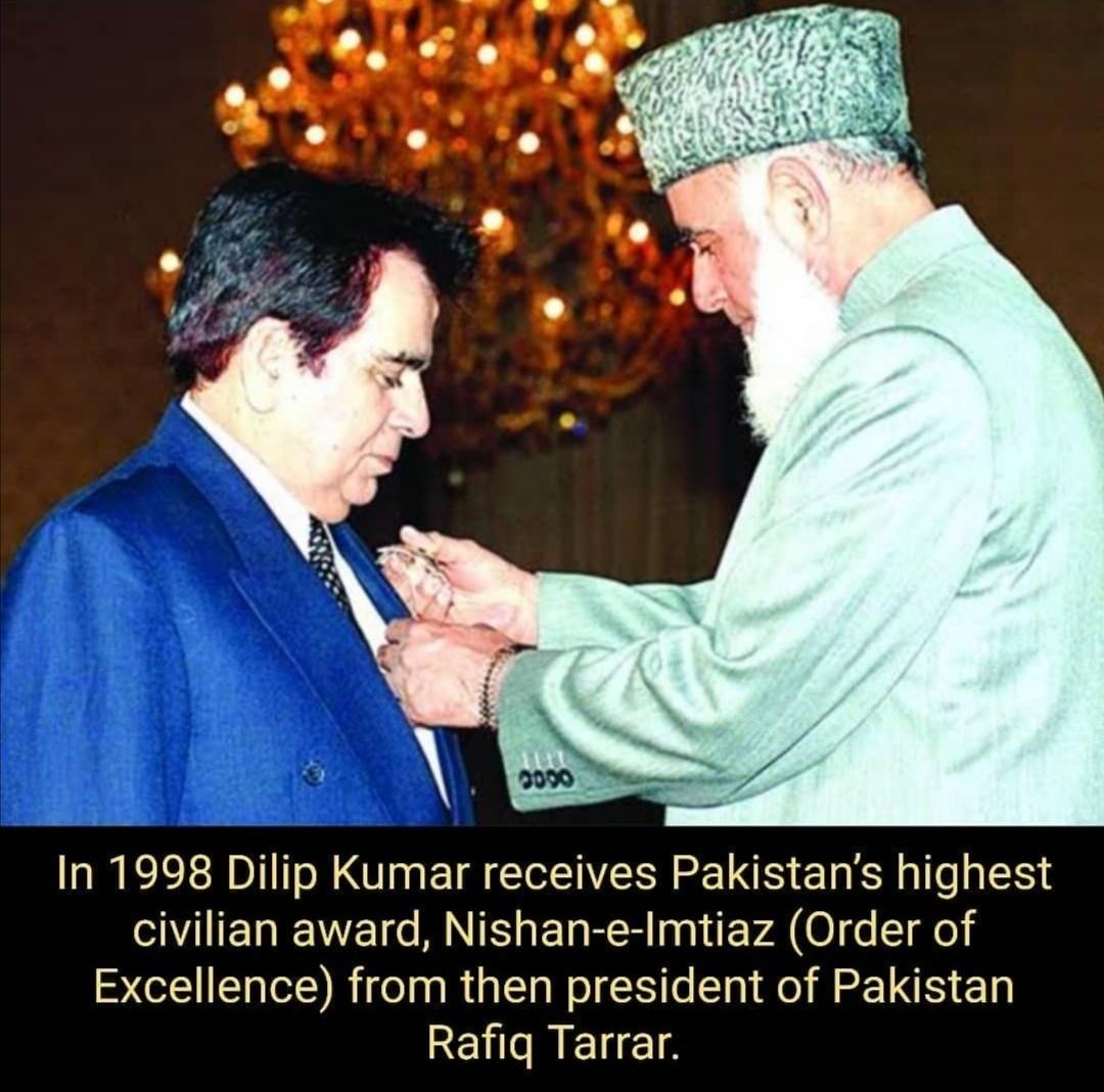ديليب كومار يتسلم أعلى جائزة باكستانية- الصورة من حساب Pakistan Journalعلى إنستغرام.jpg