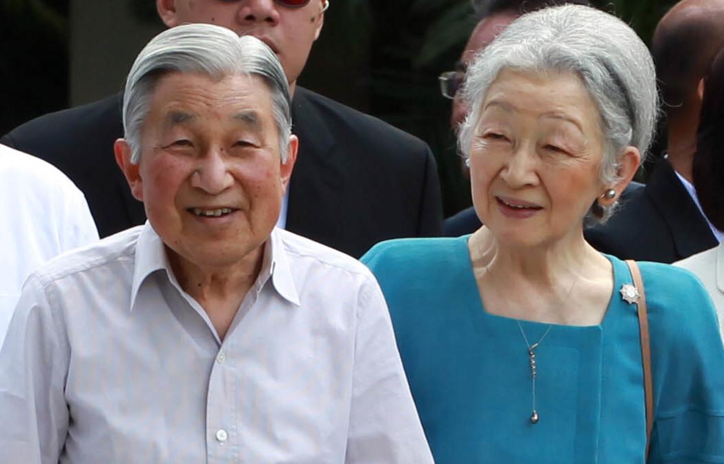 الإمبراطور أكيهيتو –والد الإمبراطور الحالي – وزوجته الإمبراطورة ميتشيكو- الصورة من موقع Royal Central.jpg