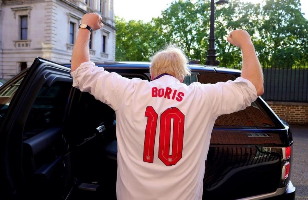بوريس جونسون يدعم فريق بلده- الصورة من حسابه على إنستغرام.jpg