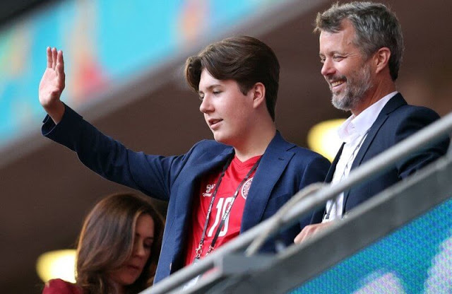 ولي العهد الأمير فريدريك وزوجته ولية العهد الأميرة ماري وابنهما الأمير كريستيان- الصورة من موقع New my royals-.jpg