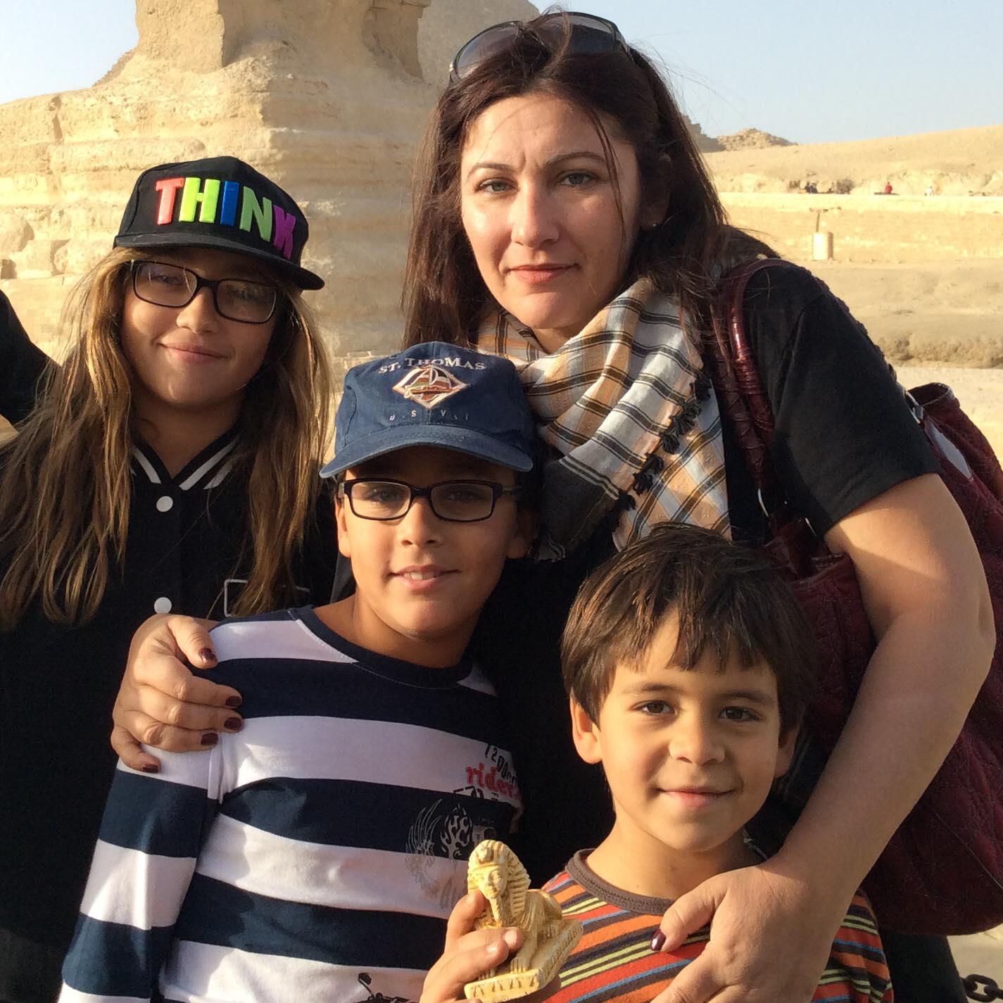 جيهان فاضل وأبناؤها في مصر قبل سفرها إلى كندا- الصورة من حسابها على فيسبوك