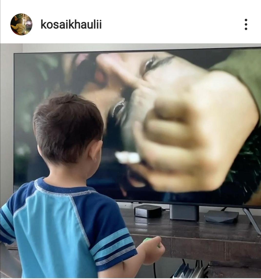 العميد ابن قصي خولي يقلد والده أمام شاشة التلفزيون. الصورة من حساب قصي خولي على إنستغرام