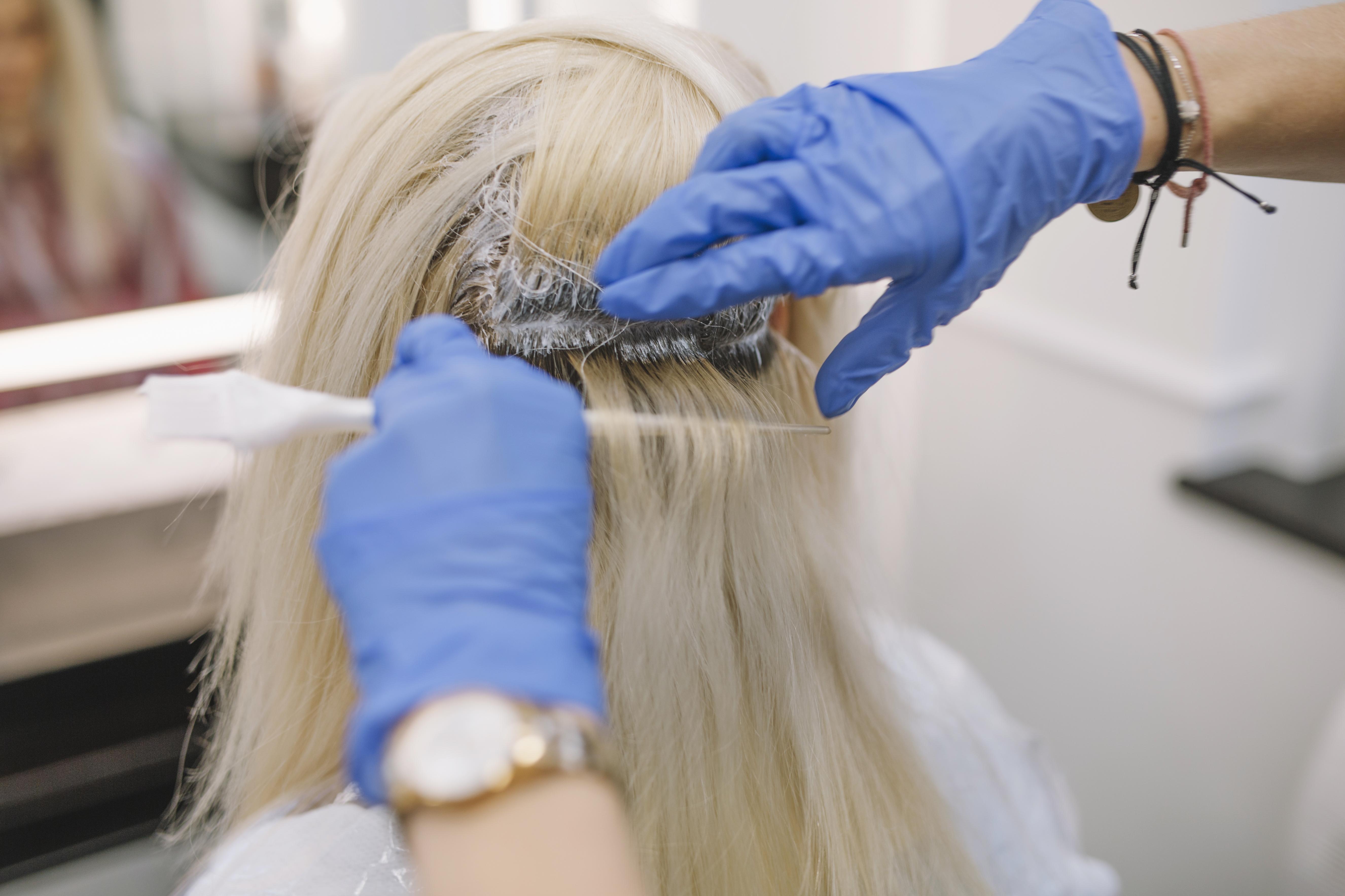 صبغ الشعر يجعل الشعر يبدو كثيفاً
