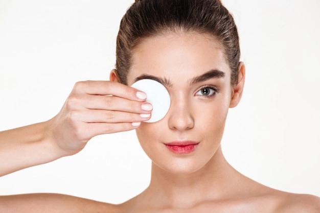 إزالة المكياج بمزيل مكياج العيون خطأ شائع