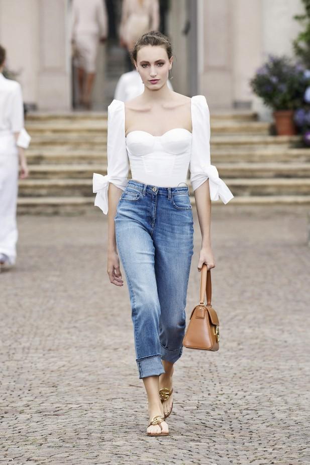 بنطلون جينز بتصميم بوي فريند من إليزابيتا فرانكي Elisabetta Franchi