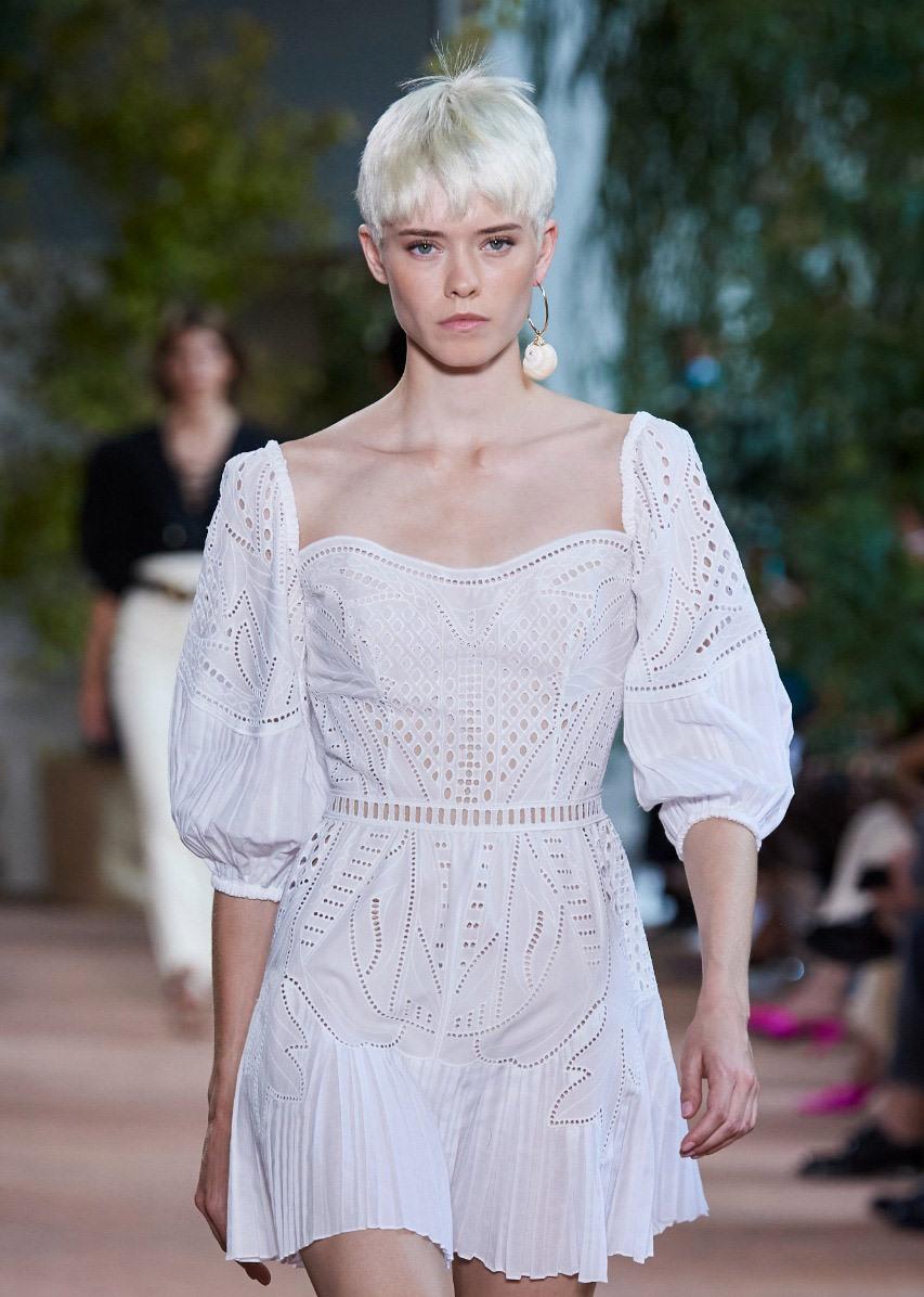 فستان باللون الأبيض منAlberta Ferretti