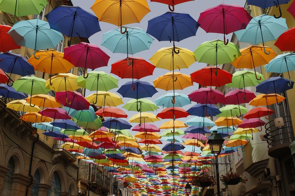 شارع فلوتينغ أمبريلا في مدينة أغويدا البرتغالية