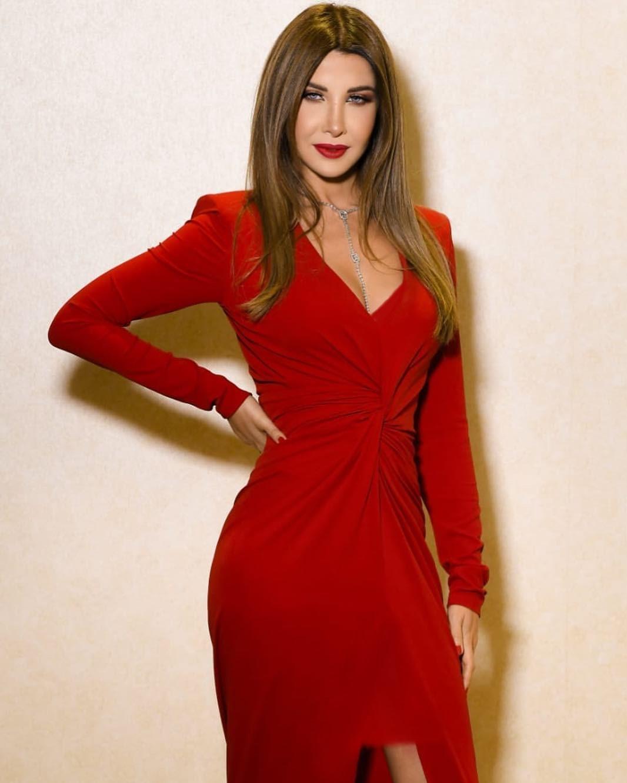 الفنانة نانسي عجرم بفستان أحمر