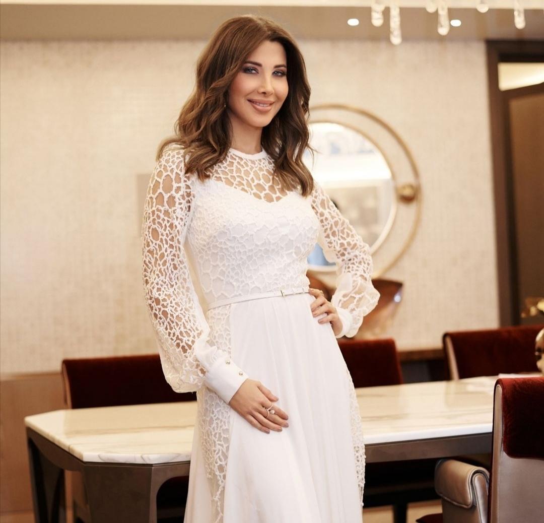 نانسي عجرم بفستان أبيض مزين بالكروشيه