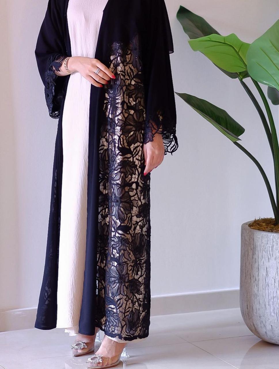 1 صنعاء البلوشي بعباية الدانتيل -الصورة من حسابها على الانستغرام
