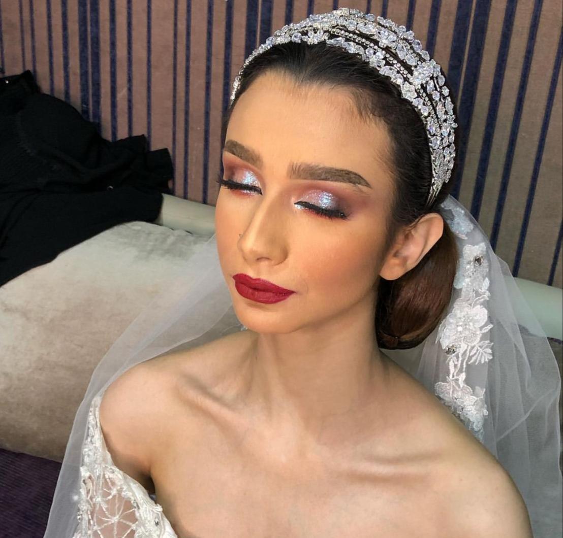 2 مكياج لامع للعروس النحيلة من خبيرة التجميل شيخة عبدالرحمن -الصورة من حسابها على الانستغرام