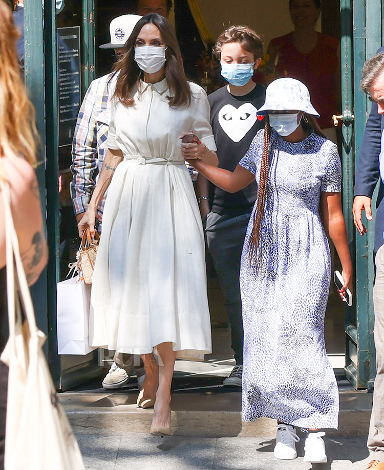 أنجلينا جولي تتألق في فستان من ديور الصورة من موقع ريد كاربت فاشن أواردز الالكتروني
