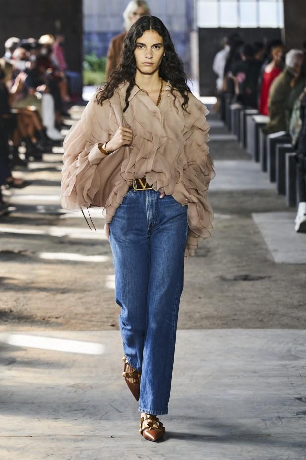 بنطلون جينز بتصميم واسع من فالنتينو Valentino -صورة 1