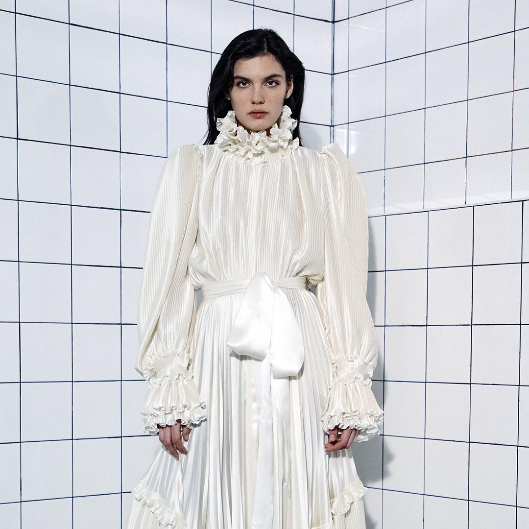 فستان سهرة أبيض بتصميم ناعم من Alexandre Vauthier- الصورة من انستغرام Alexandre Vauthier