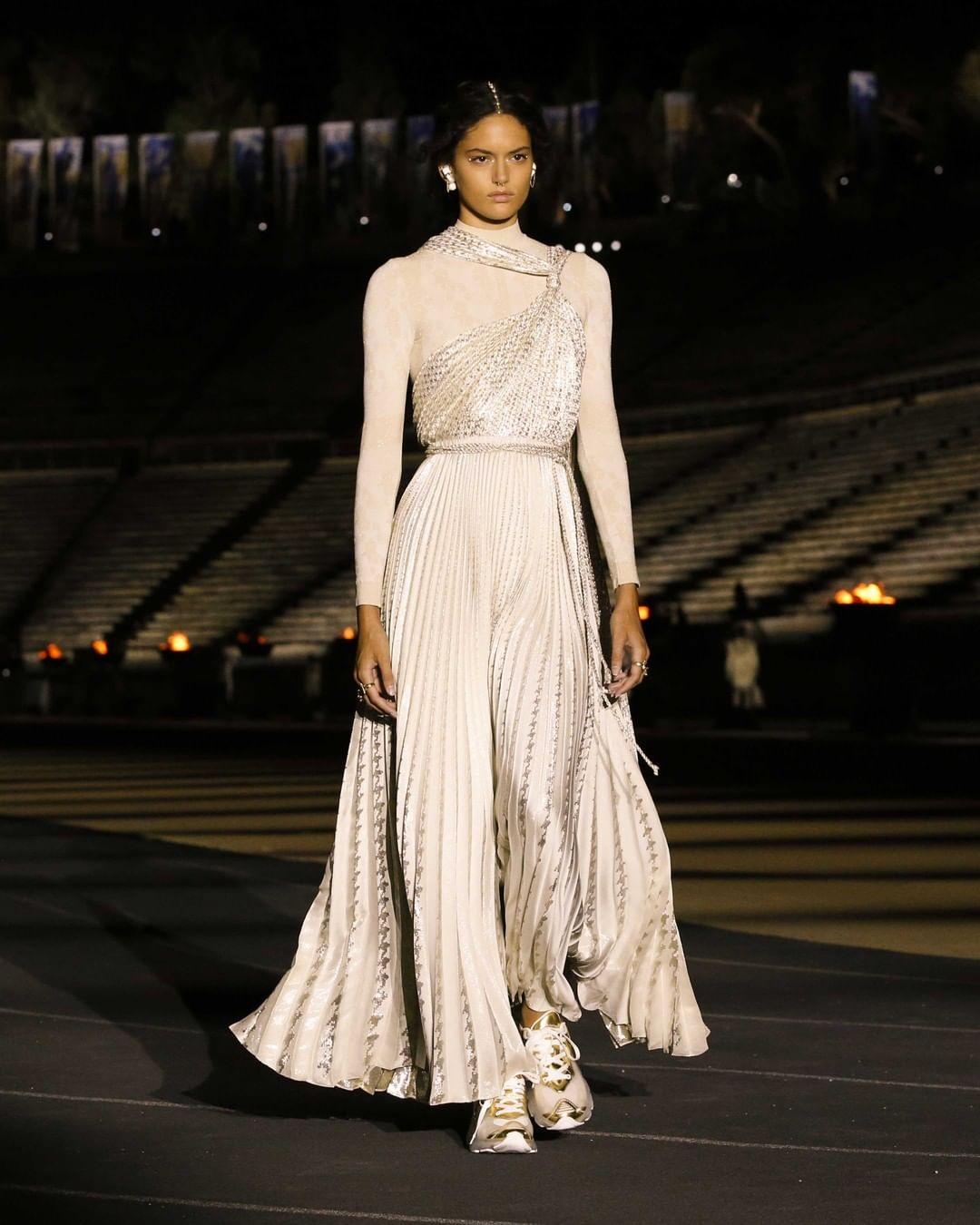 فستان سهرة محتشم من توقيع ديور- الصورة من انستغرام Dior