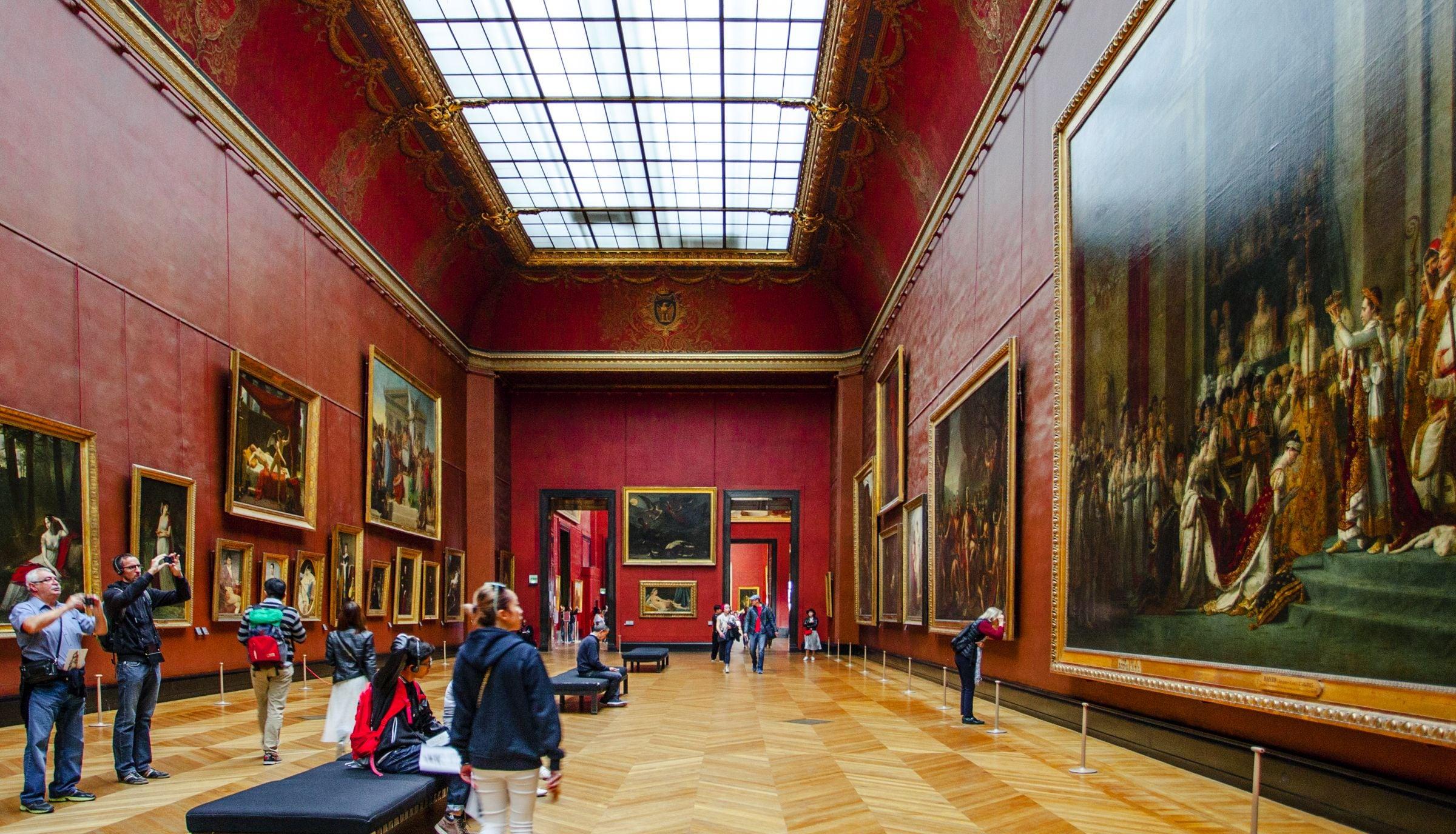 احدى قاعات العرض بمتحف اللوفر