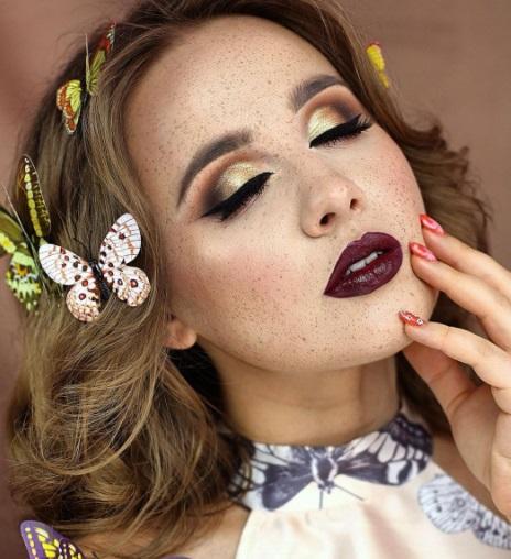 أحمر شفاه عنابي مع مكياج عيون سموكي -الصورة من صفحة خبيرة التجميل GlamDiva على إنستقرام