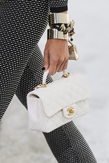 حقيبة جلد بيضاء من شانيل