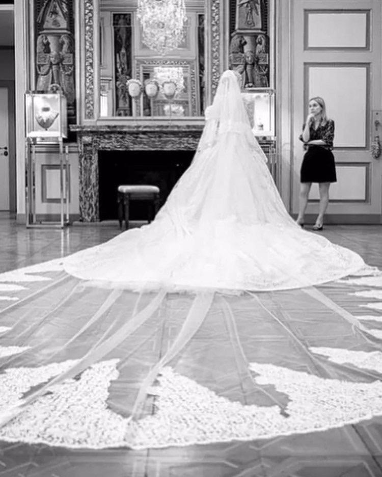 اختارت الليدي كيتي سبنسر طرحة طويلة- الصورة من موقع The real my royals