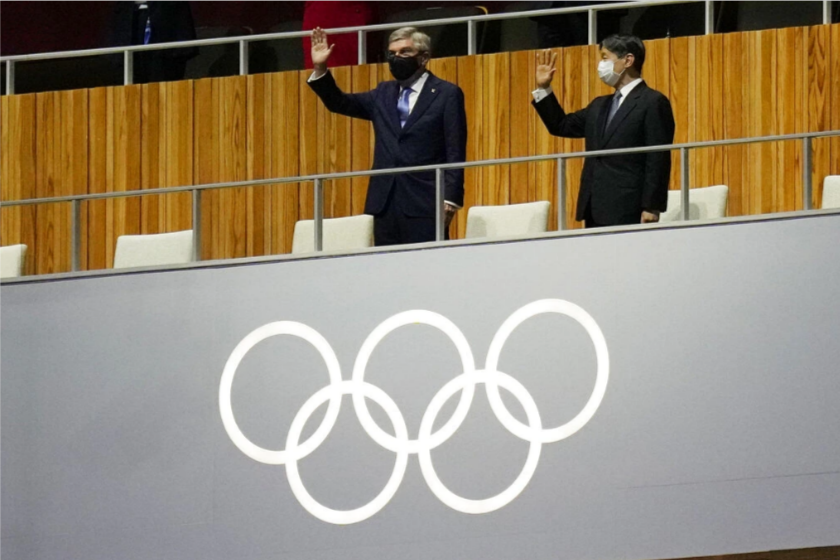 الإمبراطور ناروهيتو بجانبه رئيس اللجنة الأولمبية الدولية توماس باخ- الصورة من موقع Reuters