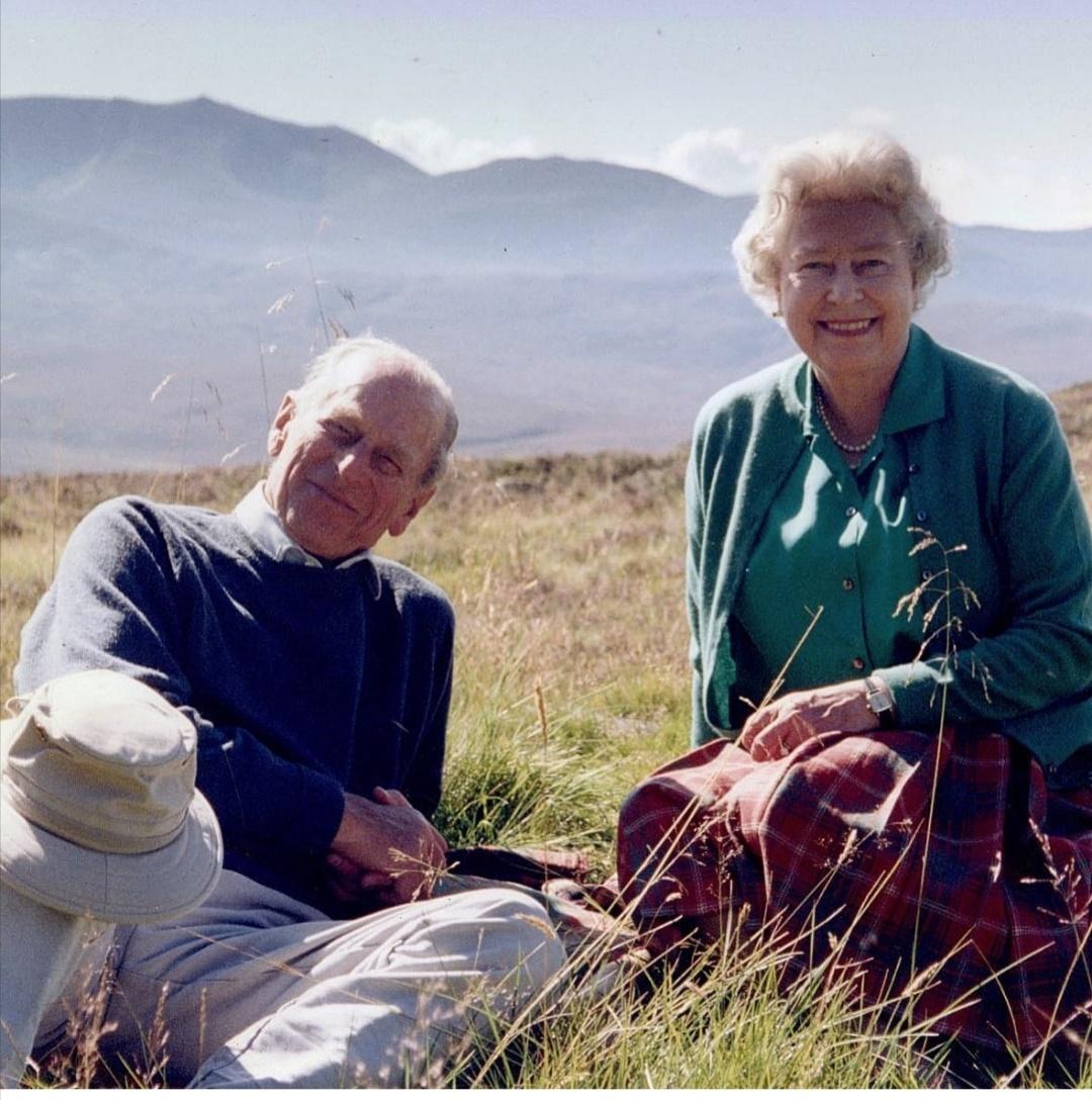 الملكة إليزابيث وزوجها الراحل الأمير فيليب- الصورة من حساب The royal family عل إنستجرام